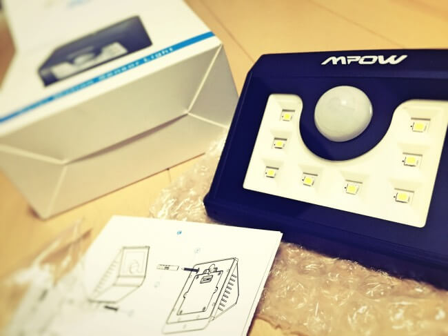 Mpow 8 LED ソーラーライト ワイヤレス人感センサー 屋外照明 夜間自動点灯 内容物