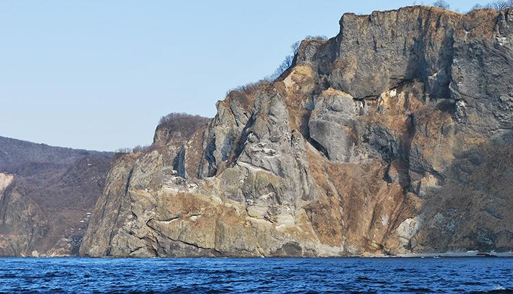 青の洞窟クルーズ 航路途中の岸壁